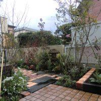 レンガと枕木の植栽ボックスの写真1