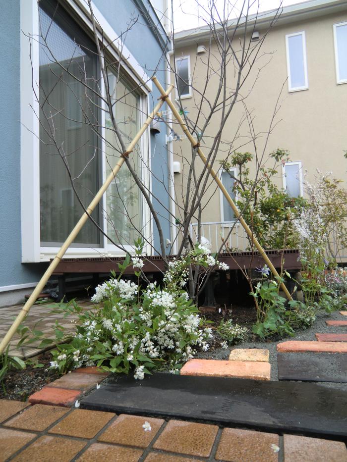 レンガと枕木の植栽ボックスの写真3
