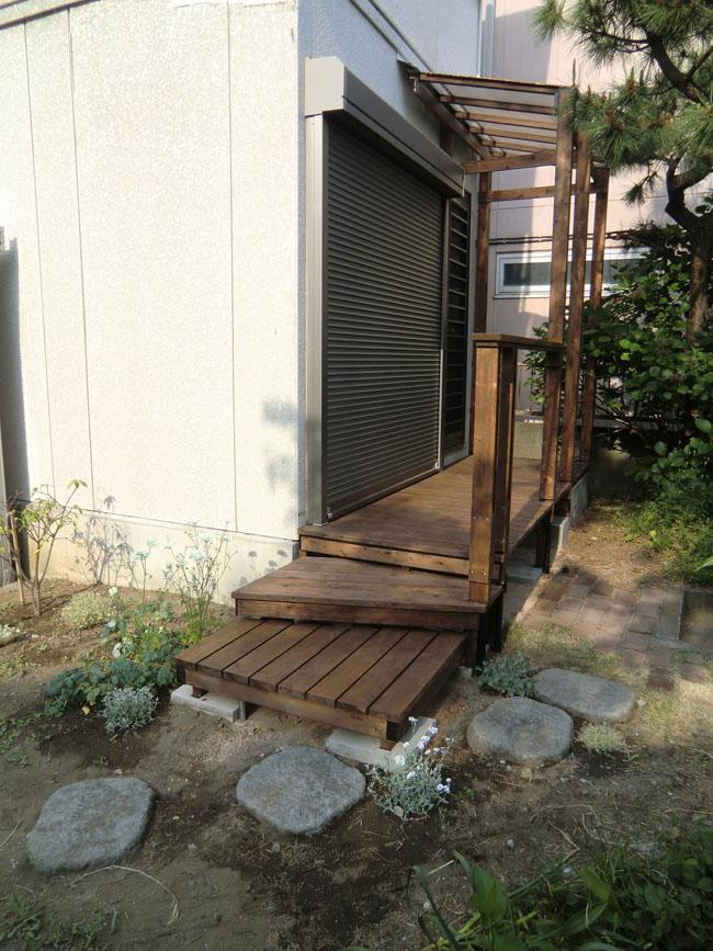 玄関へのアプローチを兼ねたウッドデッキの写真3